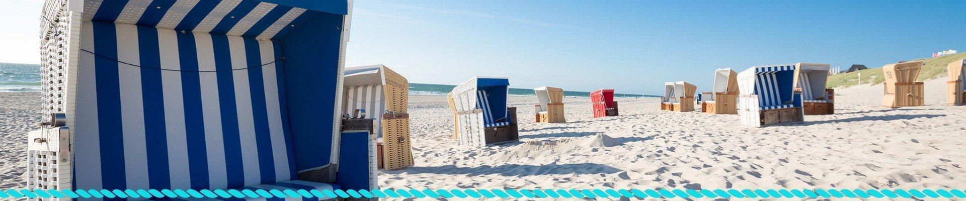 Leżaki i przybory plażowe nad morzem