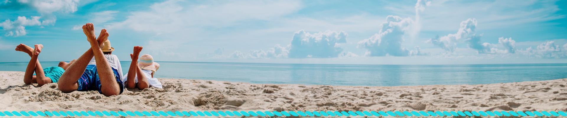 Ludzie leżący na plaży