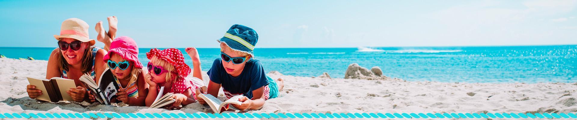 Rodzina czytająca książki na plaży
